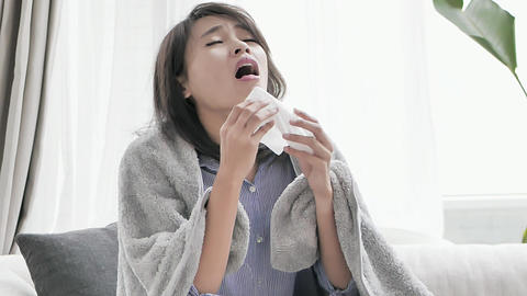 woman sick and sneeze Live影片