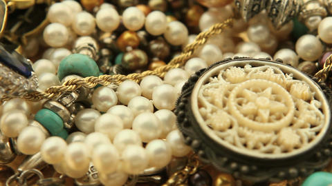 Jewelry pile turning slowly 画像