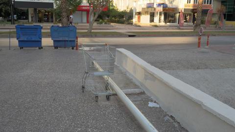 A steadicam shot of an empty shopping cart Live Action