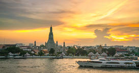 4K.Time lapse Landmark of bangkok Temple of Wat Arun, in Bangkok, Thailand Live Action