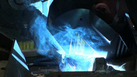 Worker welds an iron ビデオ