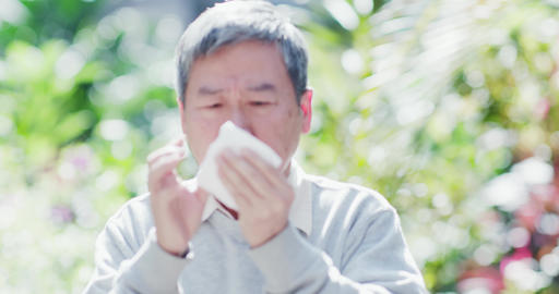 old man sick and sneeze Live影片