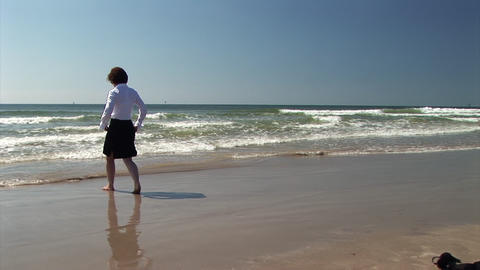 businesswoman walking in the waves Live Action