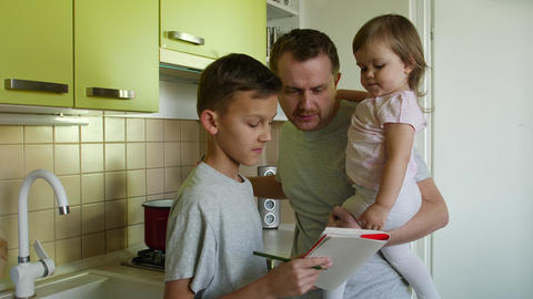 Cooking father with daughter lauds son for writing, smiles ビデオ