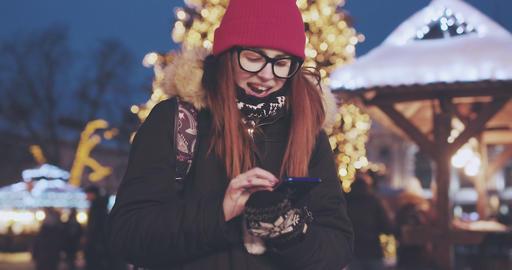 Woman using mobile phone in the evening Acción en vivo