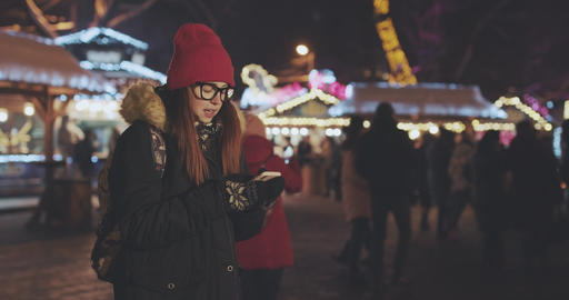 Women using smart phone while walking in the city at night. shot in slow motion Acción en vivo