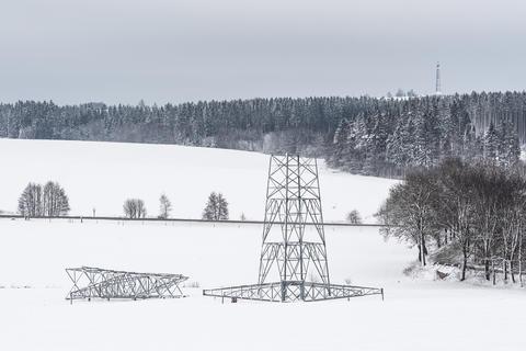 Construction of high voltage pylons in winter Fotografía
