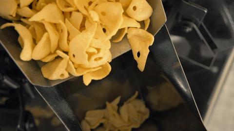 production line fried snacks close up ライブ動画