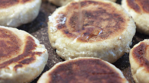 Cheesecakes in a frying pan with a stone coating ライブ動画