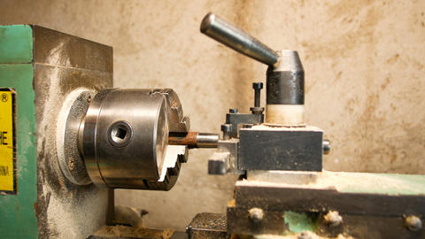 lathe to work metal, machinery to prepare pieces of mechanics and hobbies in a Live Action