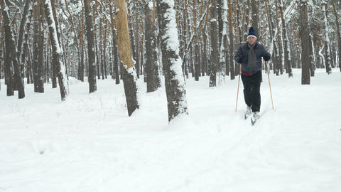 Older Man Cross-Country Skiing ビデオ