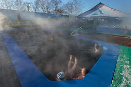 People relaxing in outdoors spa pool with natural thermal water Fotografía