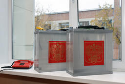 Mobile ballot box to vote in elections outside with coat of arms Russia Fotografía