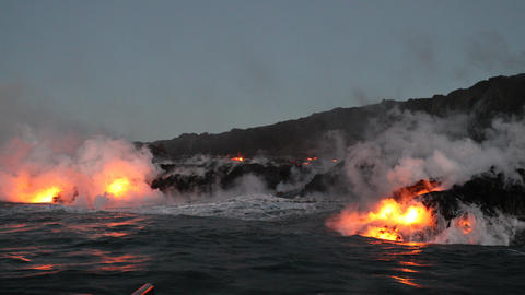 Hawaii Lava ocean - flowing lava reaches ocean on Big Island volcano eruption ビデオ