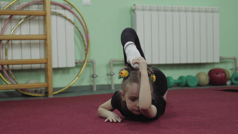 little girl in gymnastics. Gymnastics exercise in 4K ビデオ