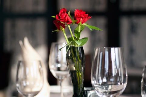 Elegant Table in Restaurant with Roses Fotografía