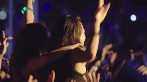 Girls shoulder at the music festival ライブ動画