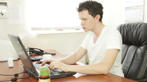 Young man behind the laptop ビデオ