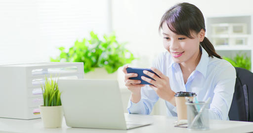 business woman play mobile game Live影片