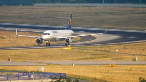Lufthansa Airbus 320 taxiing Live Action