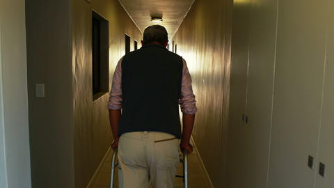 Patient walking with zimmer frame ライブ動画