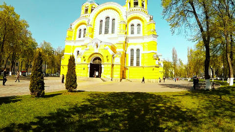 Panoramic shooting of a beautiful cathedral in the park of Kiev ビデオ
