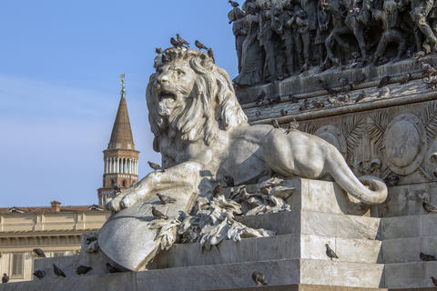 Sculpture of a lion at the Duomo square in Milan Fotografía