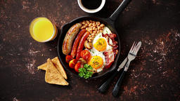 Delicious english breakfast in iron cooking pan ビデオ