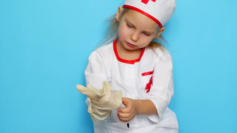 Little girl is playing doctor ビデオ