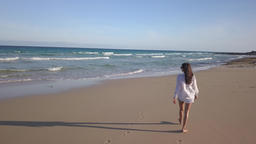 girl walking alone on the beach Archivo