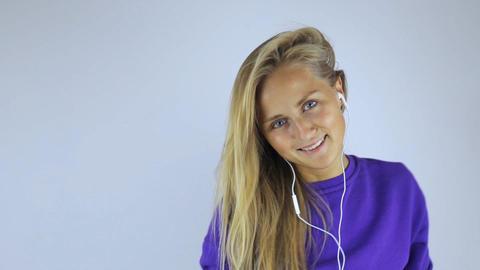 Woman in headphones listening to music ビデオ
