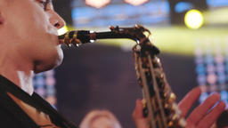 Musician playing alto saxophone on a gig, playing the saxophone ビデオ