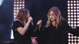 Two joyful women singing and dancing ビデオ