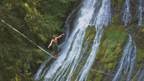 Fit Man Highlining Over A Waterfall ビデオ