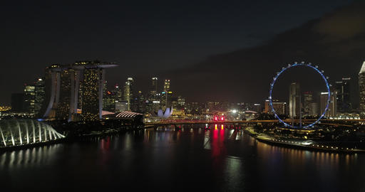 Gliding over the river in Singapore at the Ferris wheel Live Action