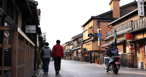 Walking people at old fashioned street in Gion Kyoto ライブ動画