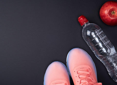 pink sports sneakers and a water bottle フォト