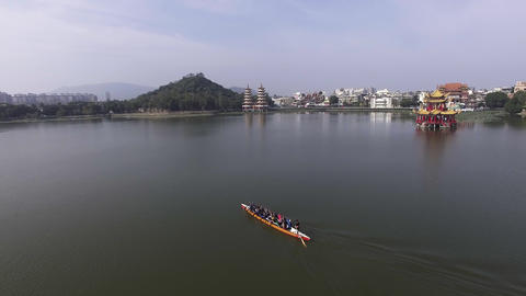 Aerial view of rowing team on water Live影片