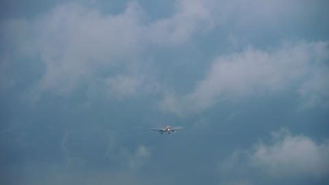Airbus A330 Singapore Airlines approaching Live Action