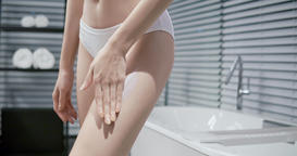 woman applying cream on leg Live影片