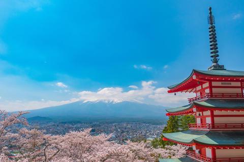Chureito pagoda in springtime with Mt. Fuji background Fotografía