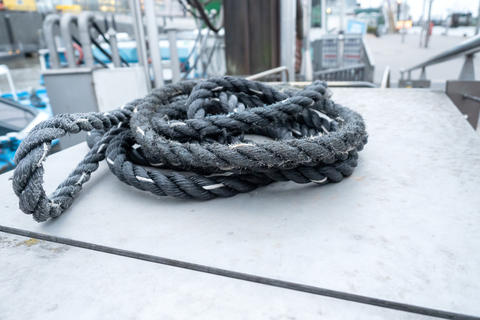 An old, used rope somewhere on a boat at the harbor Fotografía