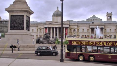 LONDON - OCTOBER 11: Unidentified people walk around Trafalgar Square, double de Footage
