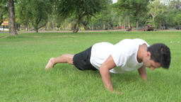 Young handsome Hispanic man doing push up in the park outdoors Archivo