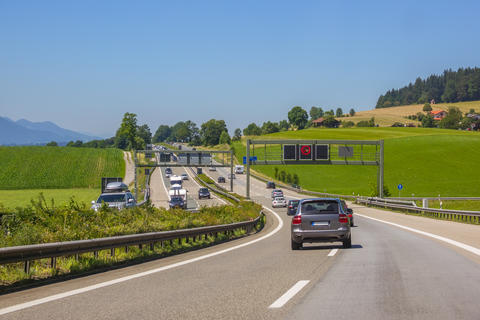Summer Sunny Day on a Country Highway and Traffic フォト