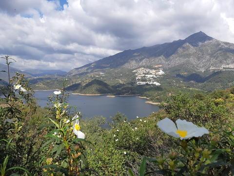 Embalse de la Concepcion (El Angel Reservoir), and La Concha Mountain, Spain Fotografía