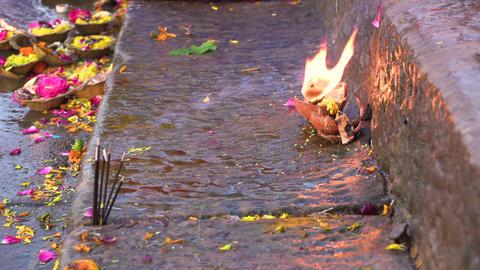 Flowers and candle for Ganga Hindu Aarti ritual in Varanasi, Uttar Pradesh Archivo