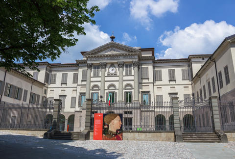 Front view of the Accademia Carrara フォト