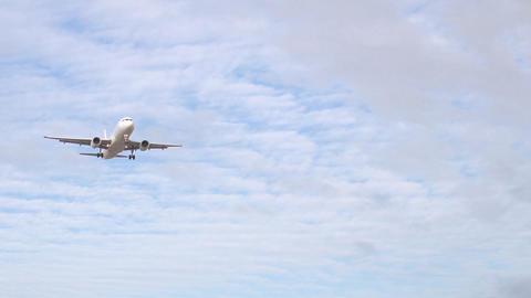 Airplane landing in slow motion Archivo
