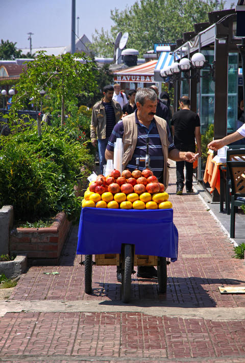 Man sells fruit juice on the street of Istanbul フォト